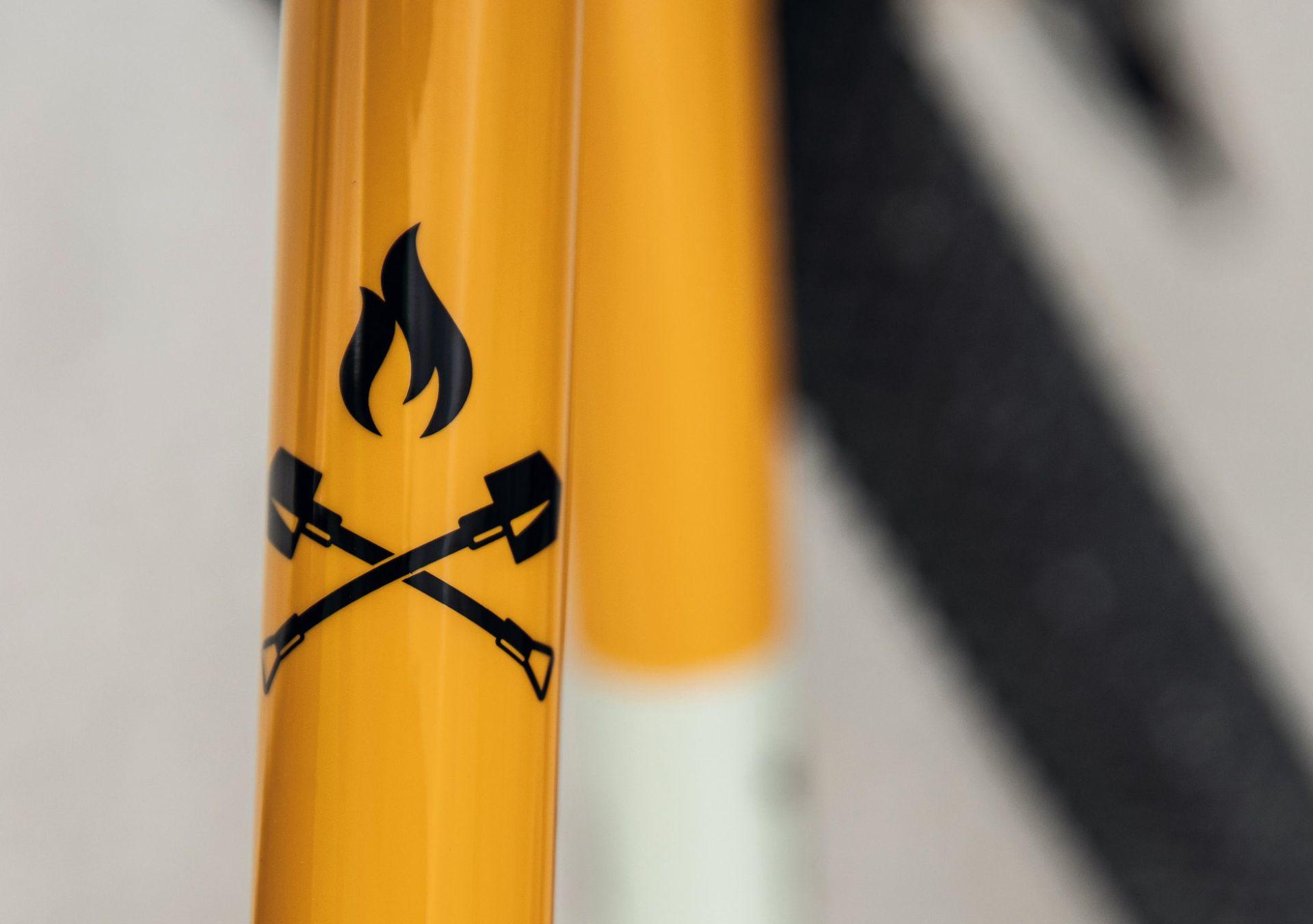 Unverkennbar: Flamme und Schaufeln sind die Symbole des Diamant 135.
